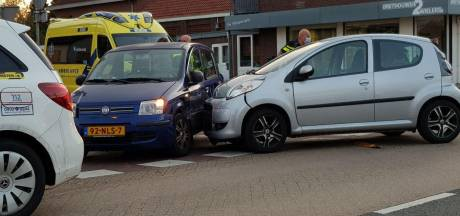 Botsing tussen twee auto's op kruising in Gaanderen