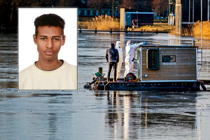 Rechercheurs van de forensische opsporing onderzoeken het drijvende vissershuisje van verdachte Roy B.