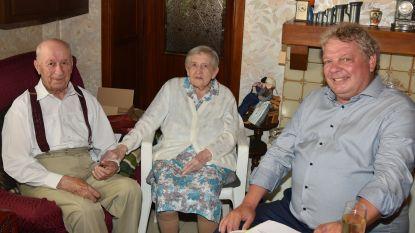 """Arthur en Maria vieren platina bruiloft en wonen nog thuis: """"Elkaar helpen is een must"""""""