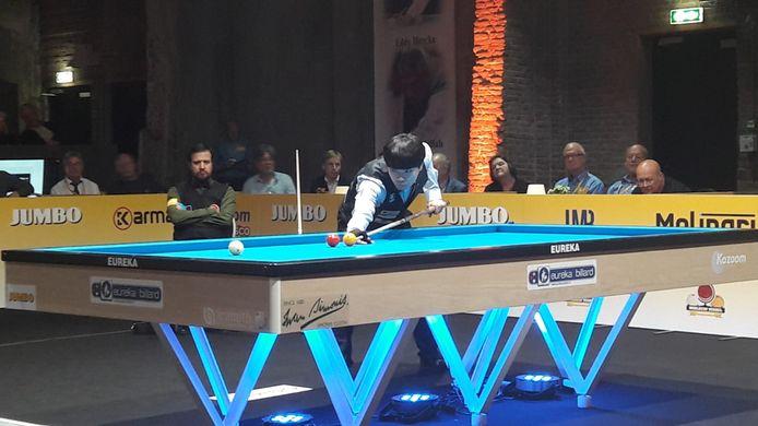 Winnaar Haeng Jik Kim in actie in de finale. Zijn tegenstander Lutfi Cenet kijkt op de achtergrond al bedenkelijk toe.