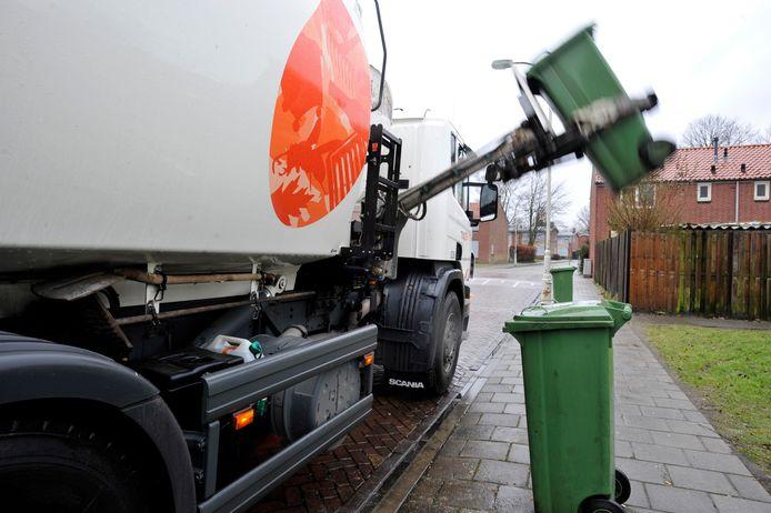 """Om de kosten van afvalverwerking te verlagen wordt gekeken naar wagens met een zijlader. ,,Maar dan moeten wel eerst de oude wagens afgeschreven zijn"""", zegt wethouder Walter Gerritsen van Montferland."""