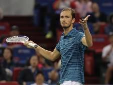 Medvedev rekent af met Tsitsipas en treft Zverev in finale