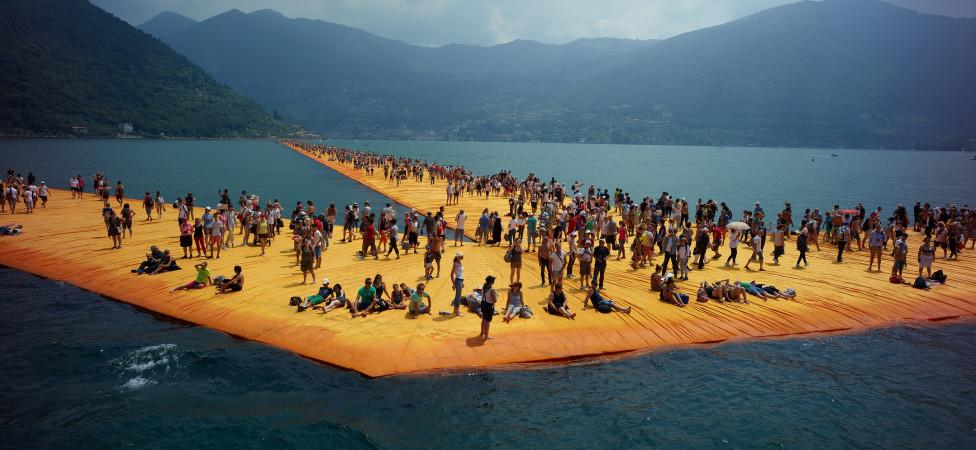 De nutteloze schoonheid van Christo: bedreigd door storm, regen en massatoerisme