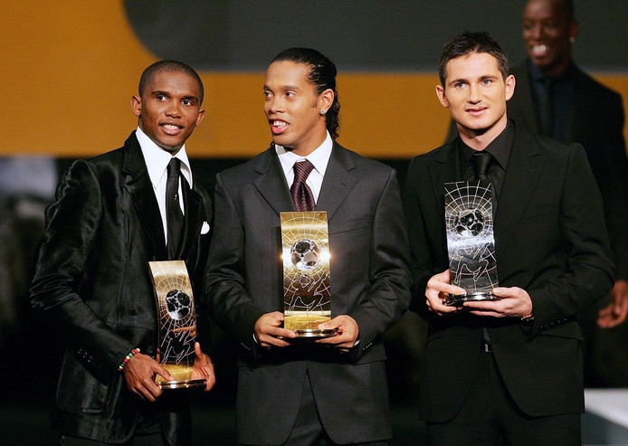 Ronaldinho (midden) wordt in 2005 verkozen tot FIFA wereldvoetballer van het jaar. Rechts nummer twee Frank Lampard en links nummer drie Samuel Eto'o