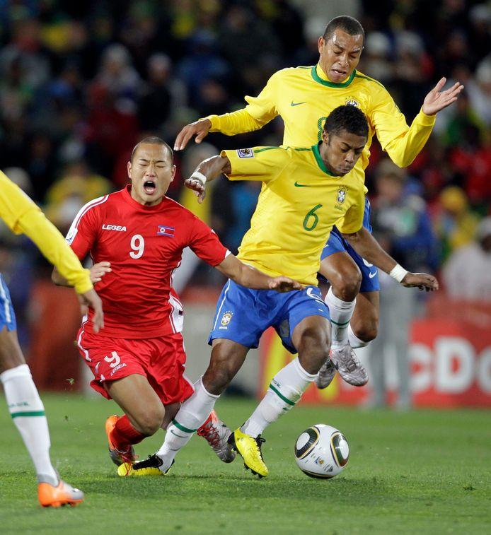 2010, WK Zuid-Afrika: Michel Bastos in duel met de Noord-Koreaan Jong Tae Se in Johannesburg.