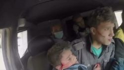 Schokkende bodycambeelden tonen hoe White Helmets gewonden, waaronder een kind, redden tijdens bombardementen in Oost-Ghouta
