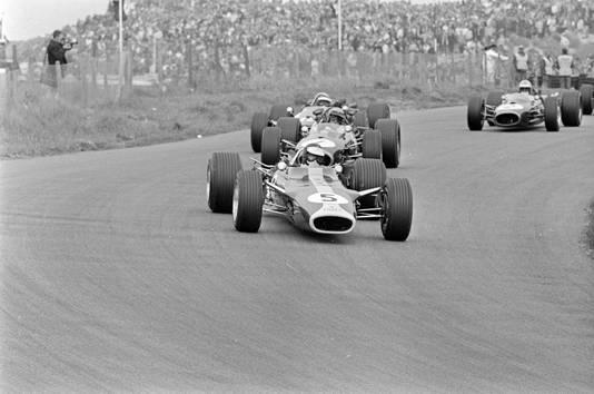 !967: Jim Clark (Lotus-Ford) wordt gevolgd door de Australiër Jack Brabham (Repco-Brabham).