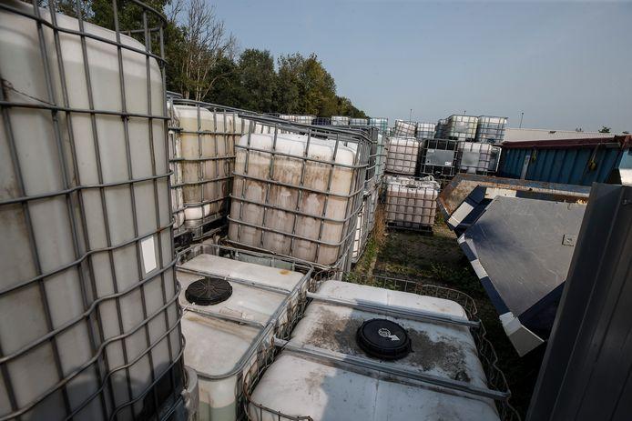 De vaten van Rutgers Milieu die opgeslagen staan aan de Voltastraat in Doetinchem. Foto: Theo Kock