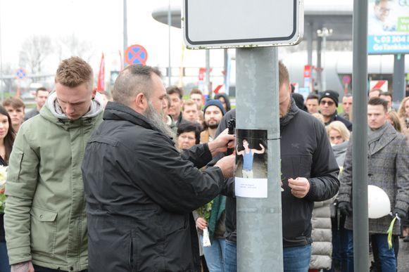 Stiefpapa Wim bevestigt een foto van Ennio op de plaats van het ongeval.