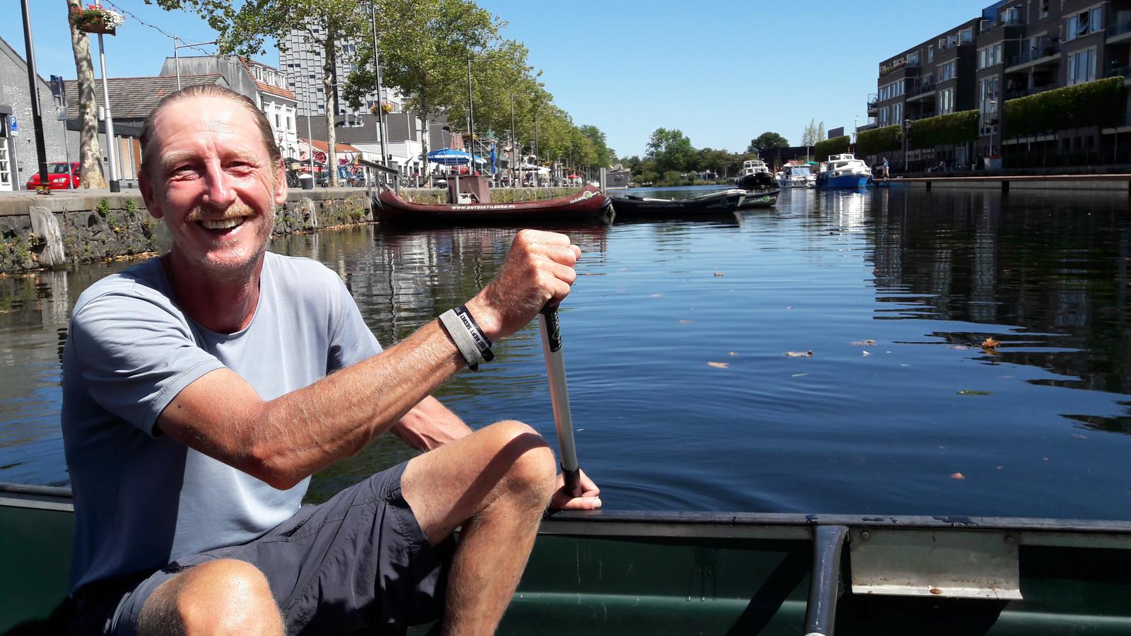 Marc Storms, van De Kuierlat, stuurt fluisterbootjes de Piushaven uit het kanaal op.