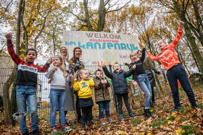 In basisschool Uniek gaan kinderopvang en school samenwerken. Daar zijn de kinderen en (daarachter) Wendy Kragt (Kober), Stefanie Melissen (peuteropvang) en Janey van Kaam (Uniek) blij mee.