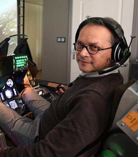 Deze man bouwde een F16-cockpit in zijn huis in Boxmeer, inclusief de schietstoelhendel