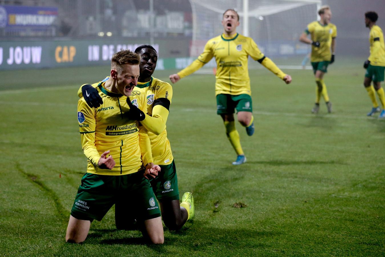 Rasmus Karjalainen wordt bejubeld na zijn goal.
