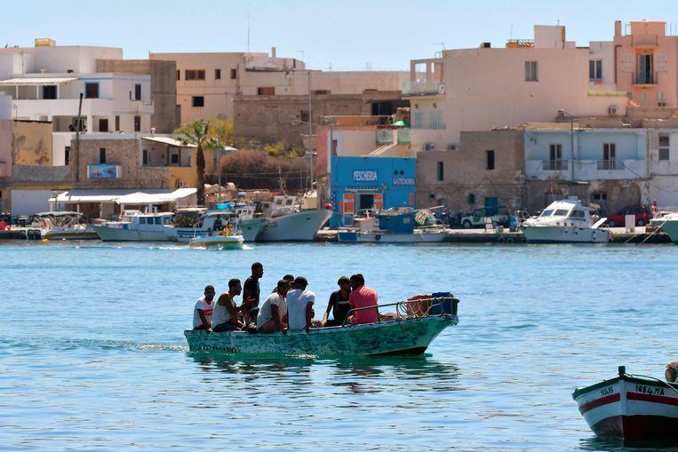 Het gaat voornamelijk om Tunesiërs die op eigen houtje in relatief solide bootjes naar Europa varen. Beeld AFP