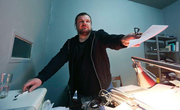 Rafal Gawel in zijn kantoor in Warschau vlak voordat de politie binnenviel om computers in beslag te nemen.  Beeld AP