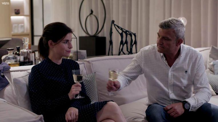 Marie en Mathias klinken op de 'goeie' afloop van hun smerige plan.