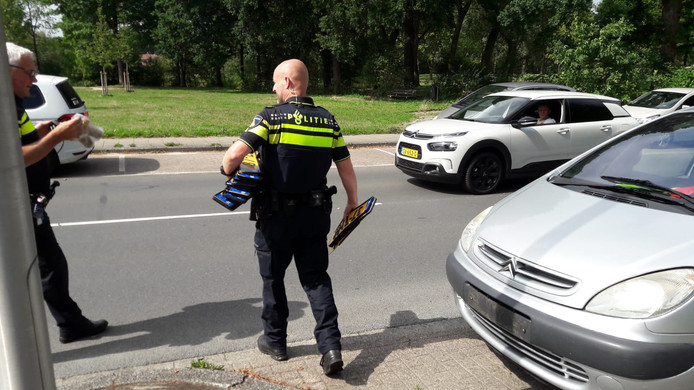 De politie met de gevonden nummerborden.
