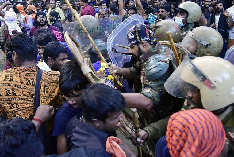 De Indiase politie staat tegenover activisten die proberen te voorkomen dat vrouwen de tempel bereiken. Beeld AFP