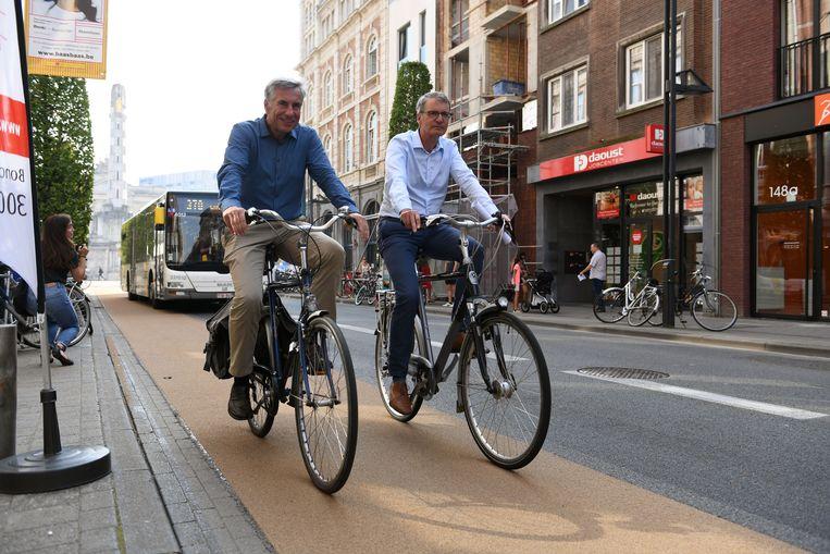 Schepen Carl Devlies (CD&V) en voormalig schepen Dirk Robbeets (sp.a) fietsen de fietsstroken in de Bondgenotenlaan in. Schepen Dirk Vansina (CD&V) zet het werk nu verder.