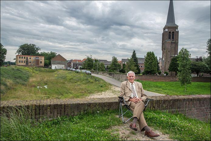 Archieffoto van burgemeester Peter de Koning hier op een stoel bij Gennep. Vrijdag zit hij in Boxmeer op de bank bij het Gelderlander Nieuwscafé in De Weijer.