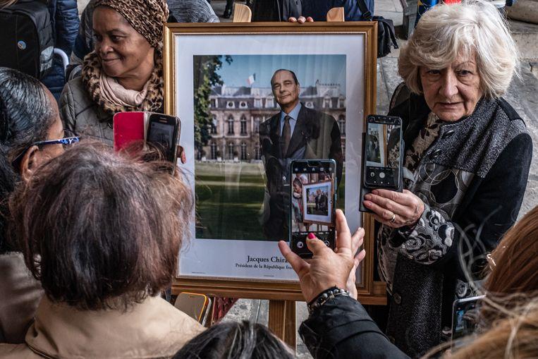 Menigte wacht buiten de Saint Sulpice kerk tijdens de laatste dienst van de late Franse president Jacques Chirac in Parijs, Frankrijk, 30 september 2019.  Beeld Joris Van Gennip