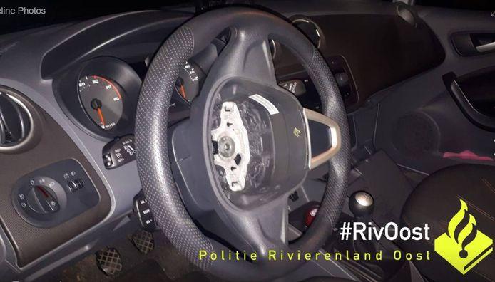 De politie uit Duiven waarschuwt dat er niet alleen in Duiven Polo's worden gestolen en dat er ook hele of delen van dashboards worden meegenomen door dieven, zoals hier te zien is op een foto van de politie Rivierenland.