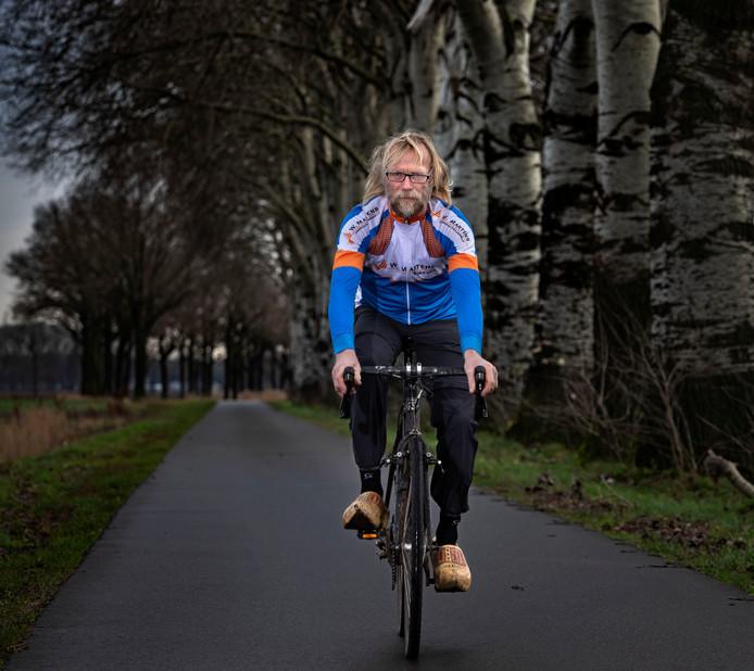 Dit is Martien Verbaarschot ten voeten uit: op klompen en met een miljoen fietskilometers op de teller.