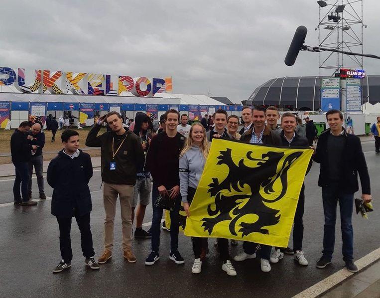 De jongerenafdeling van Vlaams Belang deelde deze namiddag leeuwenvlaggen uit aan de ingang van Pukkelpop.