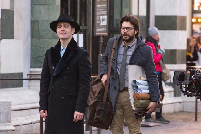 """Alvaro Morte alias Le Professeur et Pedro Alonso alias Berlin sur le tournage de """"La Casa de Papel""""."""