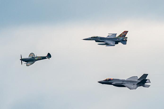 Drie generaties gevechtsvliegtuigen vlogen gebroederlijk in een airshow tijdens de Luchtmachtdagen in Volkel: een Spitfire uit de Tweede Wereldoorlog, vergezeld van een F16 (boven rechts) en het nieuwste paradepaardje van de Luchtmacht, de F35 Lightning II.