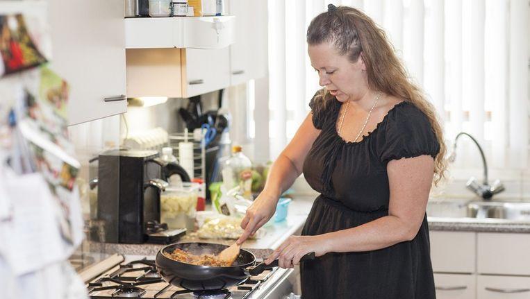 Regina kookt meestal uit het hoofd en met wat ze in huis heeft. Beeld Het Parool/Marc Driessen