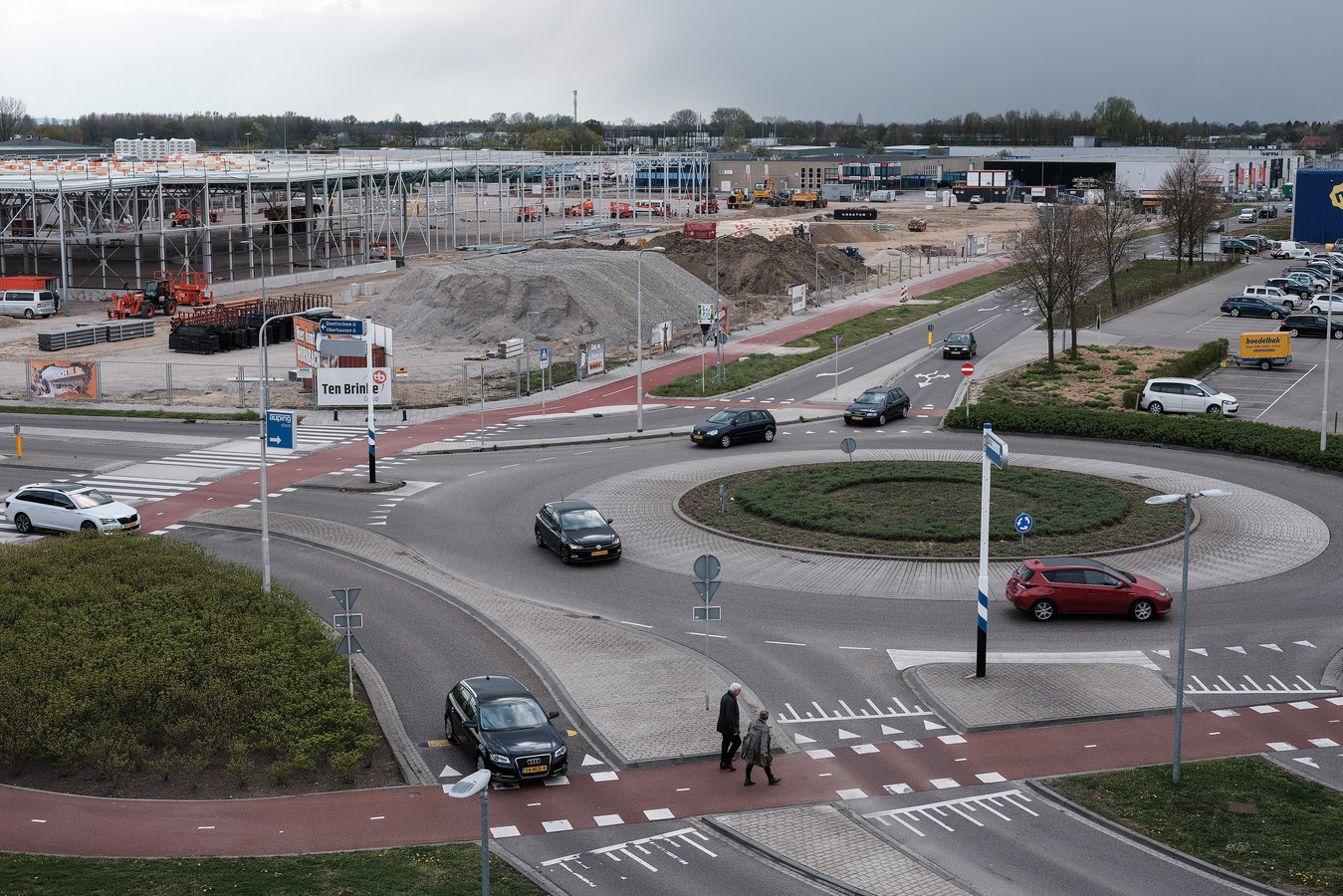 De bouw van de Hornbach in Duiven in april van dit jaar, gezien vanaf het parkeerdek van de Ikea. Foto : Jan Ruland van den Brink
