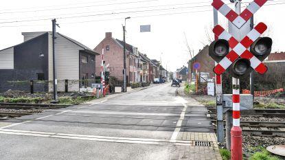68-jarige rijdt nog snel door rood aan spoorweg: 15 dagen rijverbod