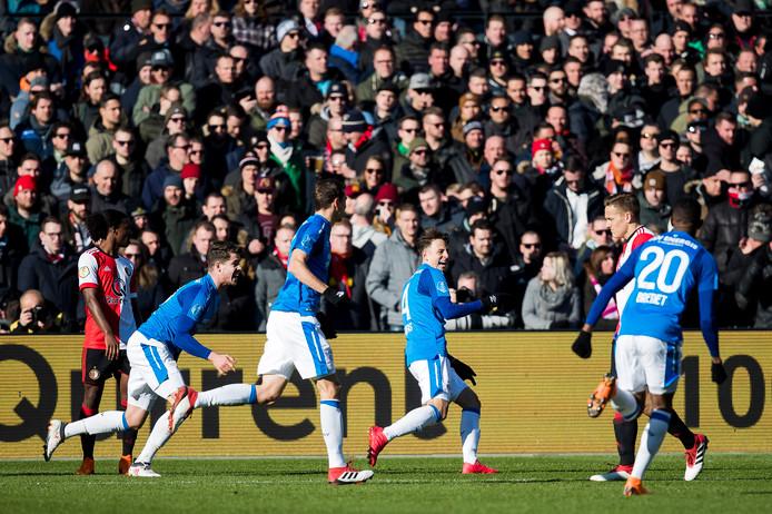 Waar het in Europees verband een teleurstellend seizoen was, ging het PSV in de competitie voor de wind. Vanaf september nam de ploeg de leiding in de eredivisie. Op 25 februari zette PSV een grote stap richting de titel: Ajax speelde gelijk tegen ADO Den Haag en de Eindhovenaren maakten indruk tegen Feyenoord: 1-3. Santiago Arias maakte in De Kuip met de kop de 0-1 , het zou zijn laatste doelpunt in het PSV-shirt zijn. Het gat met Ajax bedroeg na deze zondag zeven punten.