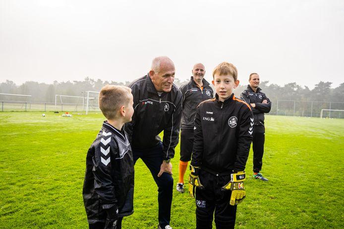 """Lambert Jager neemt op Papendal de fijne kneepjes van het keepen door. ,,Vernederen werkt averechts. Wij coachen hier opbouwend."""""""