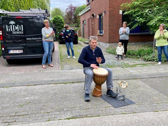 Frank Exelmans (58) uit Brasschaat begeleidt het applaus met zijn djembé
