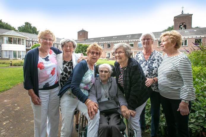 Zeven decennia bevriend, in de rolstoel zuster Elisabeth.