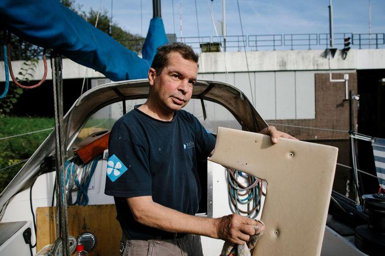Bootbewoner Ronald Curiel: 'Als je me tien jaar geleden had gezegd dat ik in deze situatie zou zitten, had ik je uitgelachen' Beeld Marc Driessen