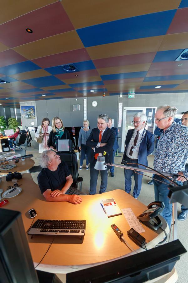 Commissaris van de koning Wim van de Donk bezocht woensdag Willemstad. Hij ging onder meer kijken bij de Volkeraksluizen. Sluismeester Peter de Jong vertelt hier over zijn baan op een van zijn laatste werkdagen op het complex.