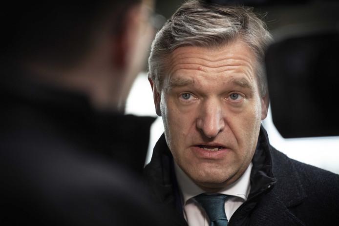 CDA-leider Sybrand Buma krijgt bijval van coalitiepartner VVD voor zijn plan de bijstand radicaal te hervormen. D66 is een stuk kritischer.