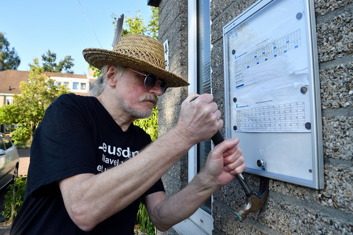Ane Harting lijkt korte metten te willen maken met het informatiebord van woningstichting Leusden.