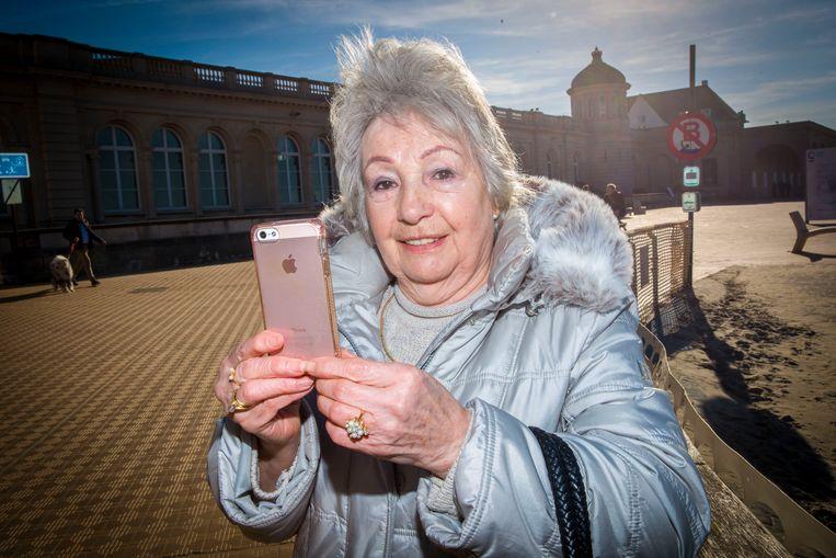 """Ook Georgette kan haar smartphone niet meer missen: """"Ik ben altijd bereikbaar""""."""