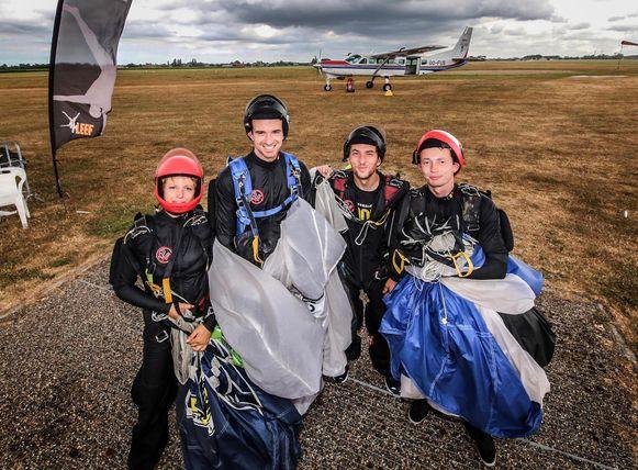 Parachutisten Els De Bie, Arne Vandendael, Wim Dens en Kevin Bruyninckx waren van de partij.