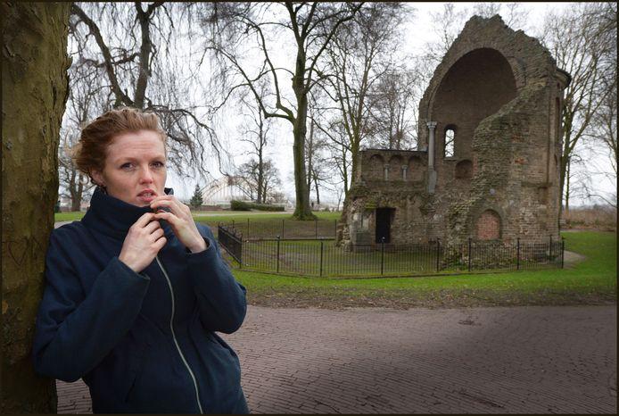 Linde Egberts voor de Barbarossa-ruïne in het Valkhofpark.