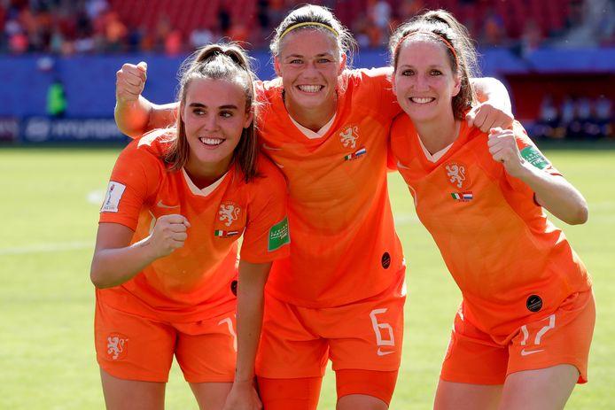 De Twentse enclave bij Oranje met van links naar rechts, Jill Roord, Anouk Dekker en Ellen Jansen.