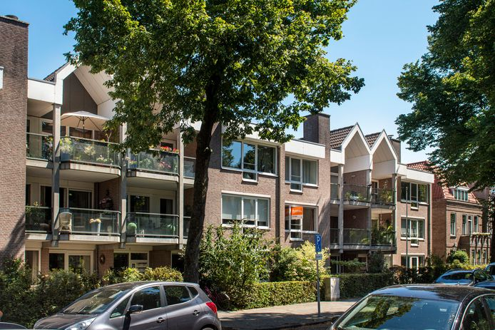Het seniorencomplex in de Minister Nelissenstraat. Op het dak staat een zendmast van 7 meter gepland.
