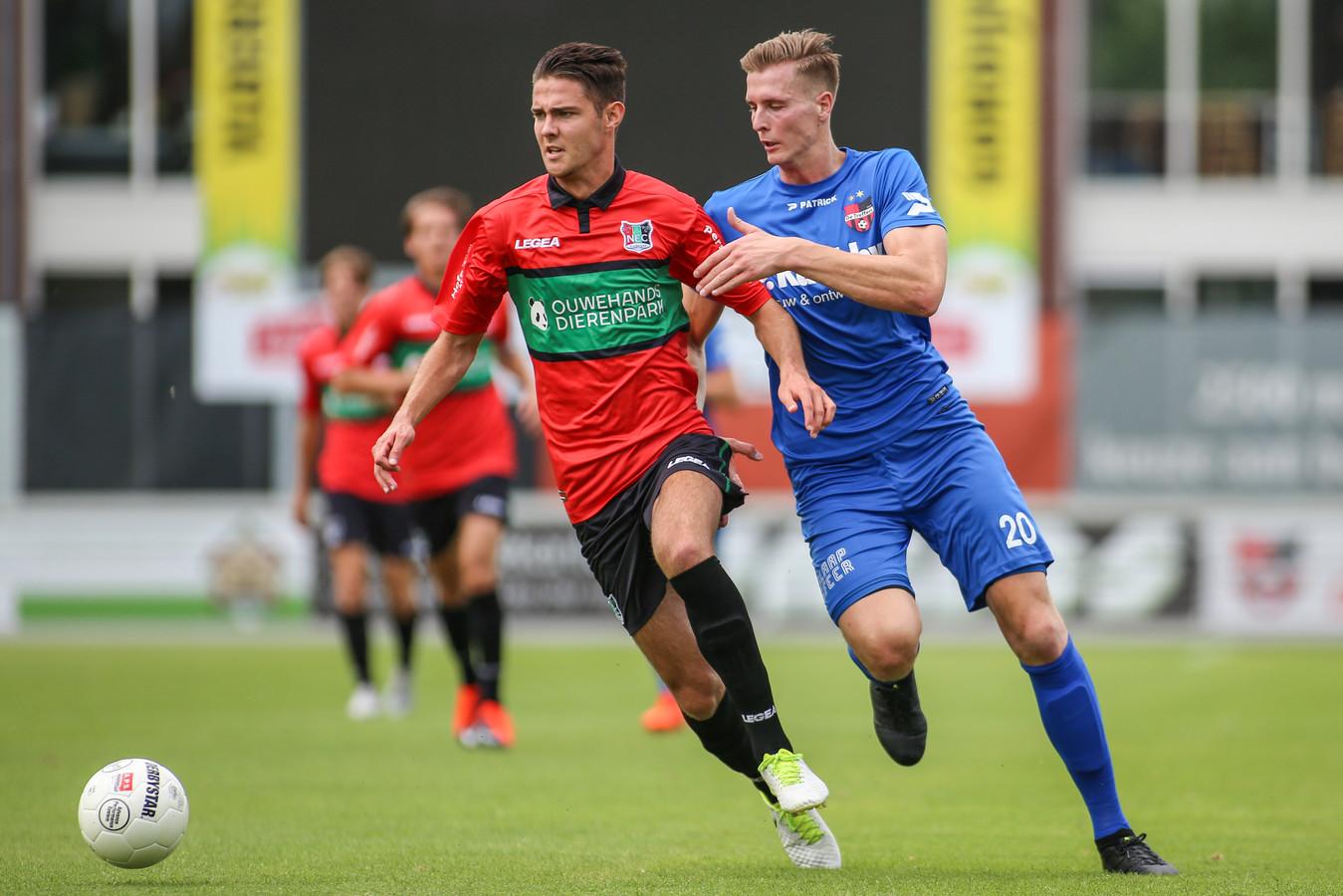 Joeri Potjes voor Jong NEC in duel met spits Patrick Heesakkers.