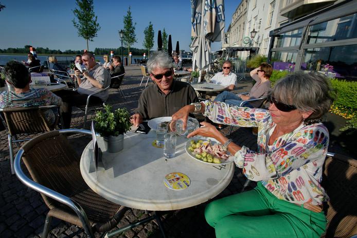 2015: Mensen op het terras van restaurant Jongepier aan het Groothoofd in Dordrecht.