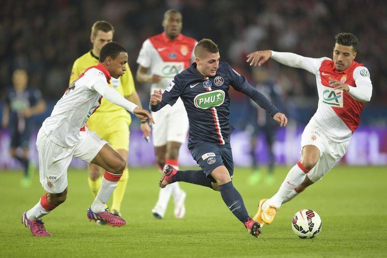 Diallo (links) zet de achtervolging in op Verratti. Rechts herkent u ook Nabil Dirar (ex-Club Brugge).