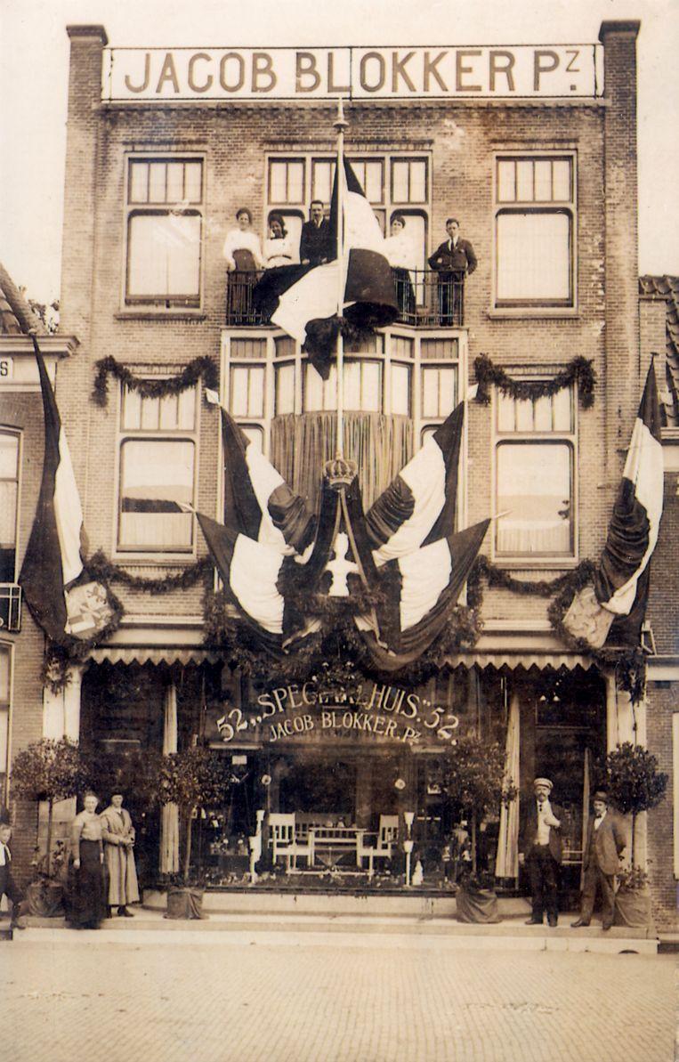 Winkelketen Blokker. Derde vestiging van Jacob Blokker- grondlegger van het Blokkerconcern- op Breed 52 in Hoorn. Hier opende Jacob Blokker met Saapke Kuiper in 1912 het 'Speciaalhuis', een winkel met glas, porselein, en cadeauartikelen. Hoorn [1915]  Beeld HH